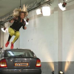 Patricia Montero salta por encima de un coche en El Hormiguero
