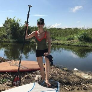 Raquel Sánchez Silva, haciendo paddle surf en un manglar de la República Dominicana