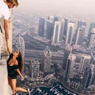 Una ex de Fernando Alonso se cuelga de un rascacielos