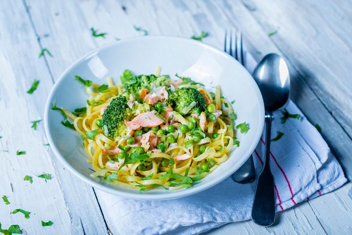 Pasta con verduras y salmón