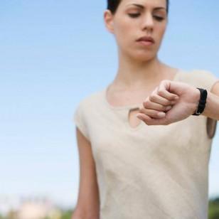 Una mujer mira su reloj de pulsera