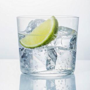 Un vaso de agua con limón y bicarbonato