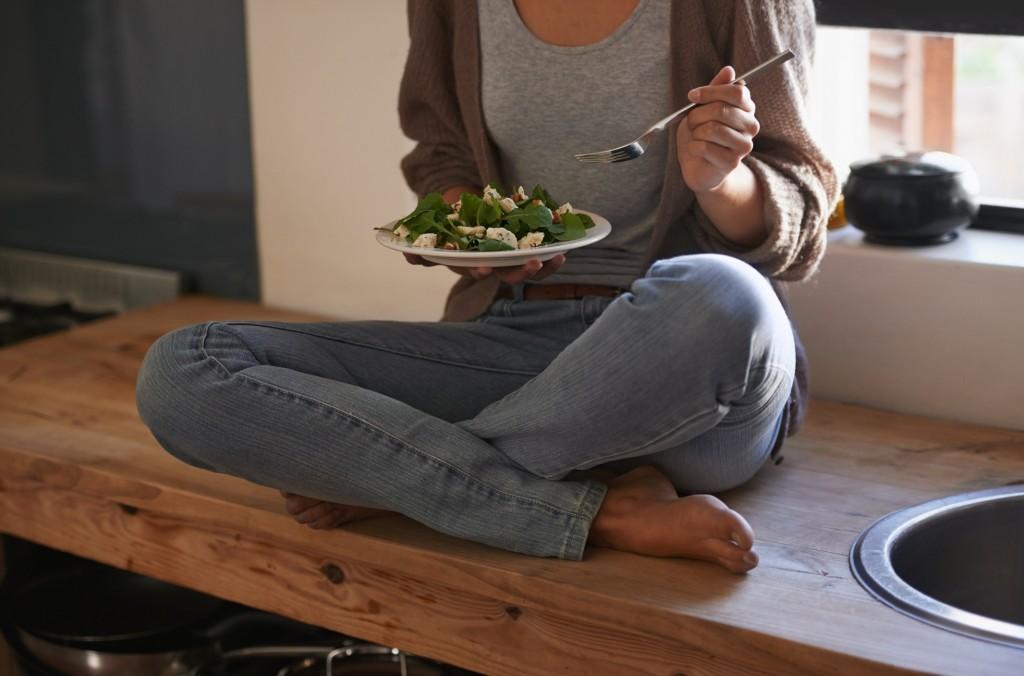 Una mujer, comiendo una ensalada