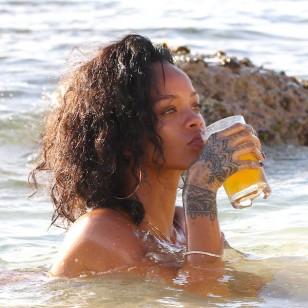 Rihanna, en el verano de 2013, tomándose una cerveza a la orilla de la playa