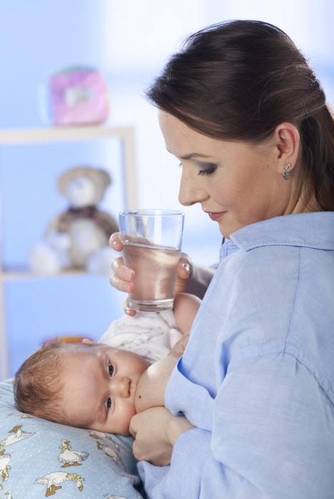 Una mujer bebiendo agua
