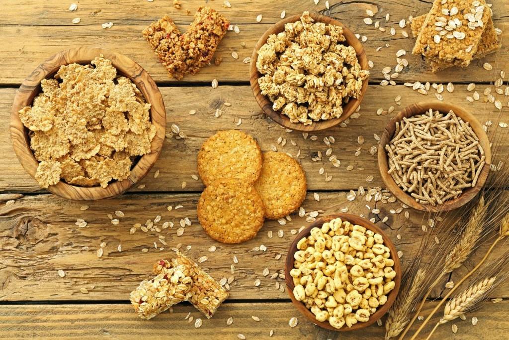 prima colazione,cereali integrali, sfondo tavolo di cucina rustico