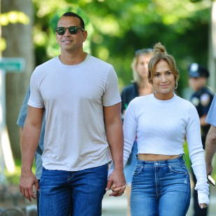 Actress and singer Jennifer Lopez and Alex Rodriguez in the Hamptons, New York. en la foto : cogidos de la mano