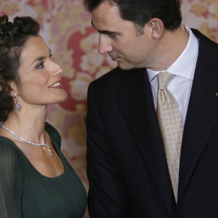 Daniel Ochoa de Olza / AP Photo / © RADIALPRESS 21/01/2008 MADRID *** Local Caption *** Spain's Princess Letizia shares a light moment with her husband Crown Prince Felipe, at the Royal Palace, in Madrid, Monday, Jan. 21, 2008. (AP Photo/Daniel Ochoa de Olza) © RADIAL PRESS