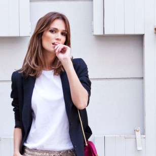 Un look en tonos neutros y un punto de color