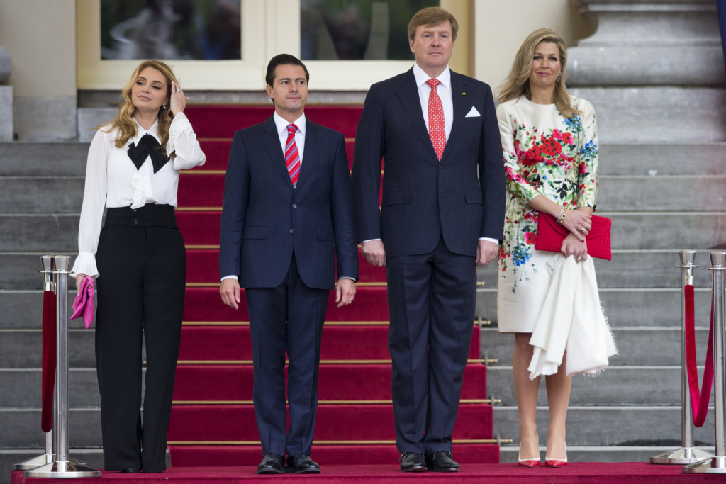 Mexico's President EnriqH Pena Heto, second left, his wife Angelica Rivera de Pena, left, Dutch King Willem-Alexander, second right, and Queen Maxima, listen to the national anthems during the official welcoming ceremony at royal palace Noordeinde in The Hague, Netherlands, Tuesday, April 24, 2018. (AP Photo/Peter Dejong) *** Local Caption *** .