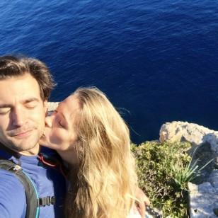 Patry Montero da un beso a Álex Adróver