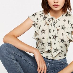 Blusa con estampado de estrellas de Zara (19,95 euros)