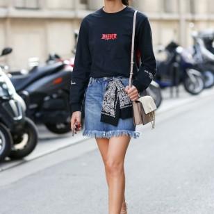 Con camiseta con mensaje + sandalias con tiras (Foto: Come Trend)