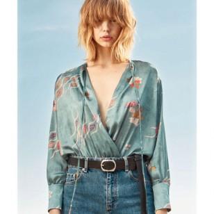 Zara apuesta por llevar estos bodys satinados con pantalones tejanos de tiro alto