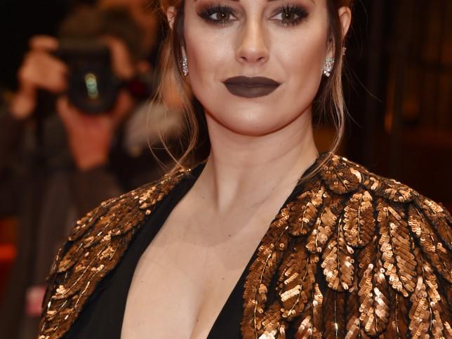Blanca Suárez se atreve con un look gótico o 'vamp': labios marrón mate y ahumado en los ojos también en marrón, más pestañas XXL. El peinado es informal para romper el dramatismos. (Araceli Nicolás / Getty)